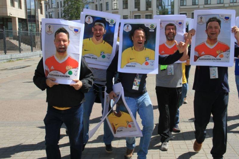 Иностранцы решили поддержать и российскую сборную: в их руках - портреты с изображением Кокорина и Головина.