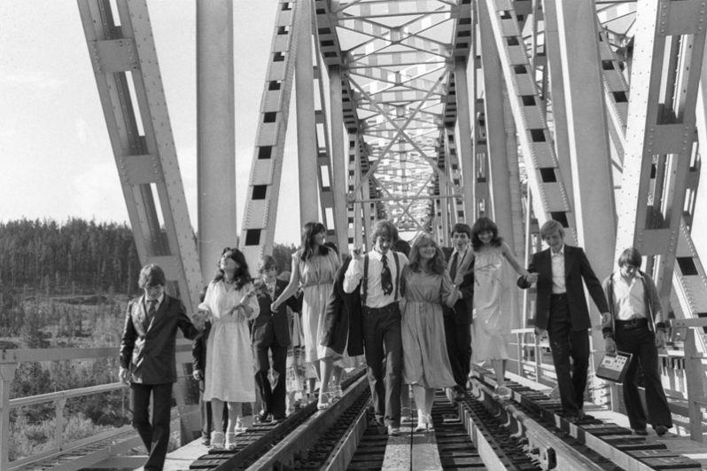 Выпускники школы-десятилетки поселка Звездный Иркутской области, следуя традиции, гуляют по шпалам и рельсам БАМа. 1982 год.