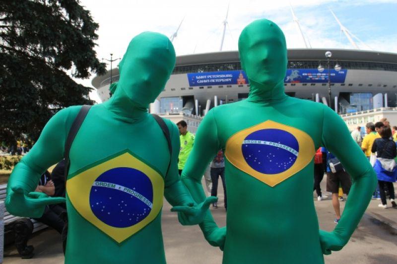 Перед стадионом можно было встретить футбольных фанатов в довольно необычных нарядах.