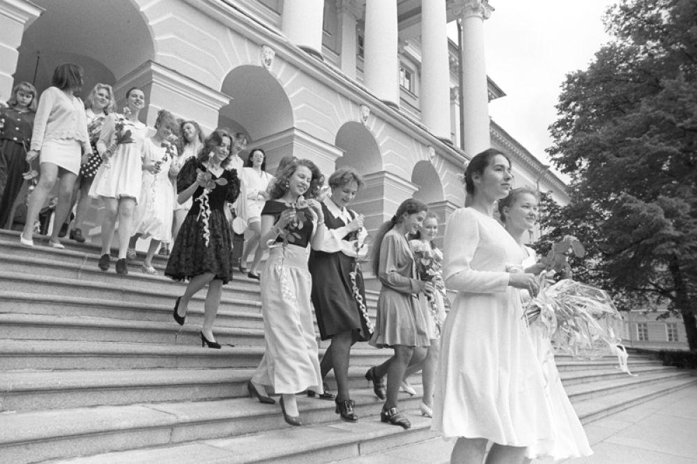 Выпускницы женской гимназии выходят из Смольного женского института после вручения аттестатов зрелости. Санкт-Петербург, 1996 год.