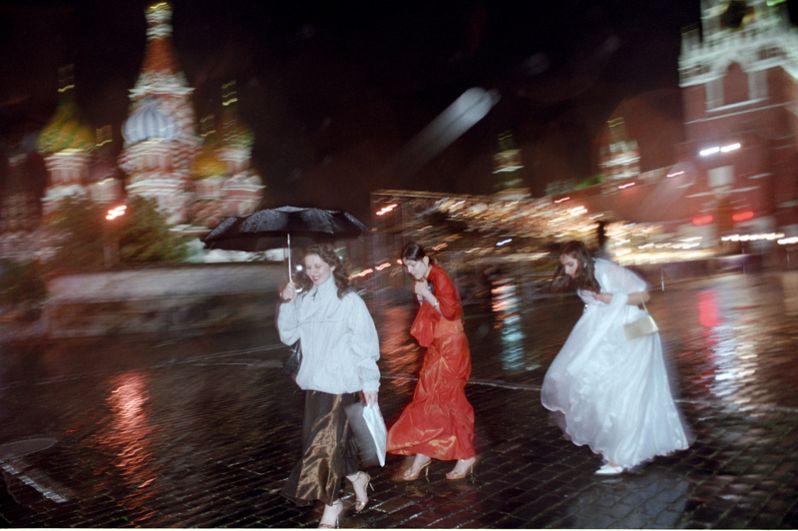 Прогулка выпускниц московских школ 2005 года по Красной площади.