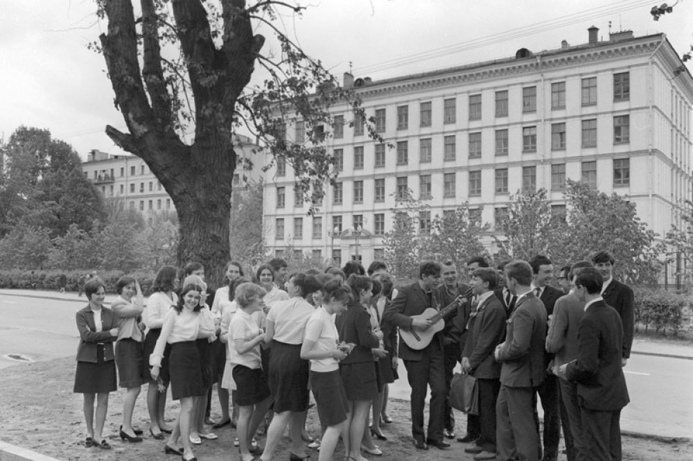 Выпускники московской школы № 93 после праздника последнего звонка. 1969 год.