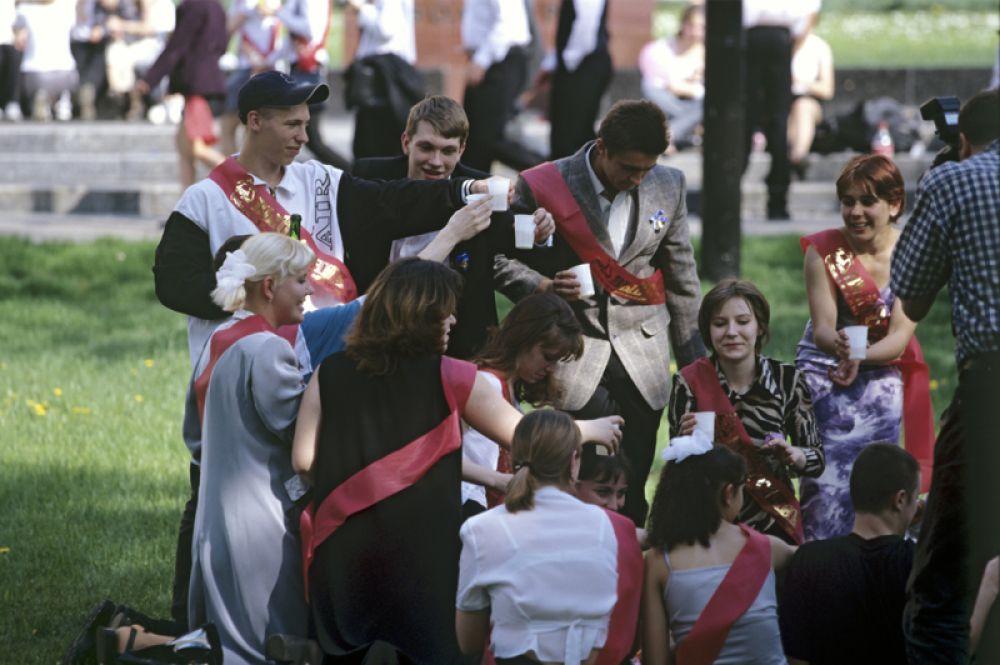 Московские выпускники празднуют последний звонок. 2000 год.