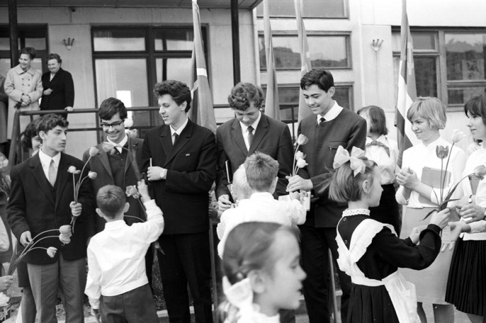 Последний звонок в средней школе имени Владимира Комарова в подмосковном Звездном городке. 1968 год.