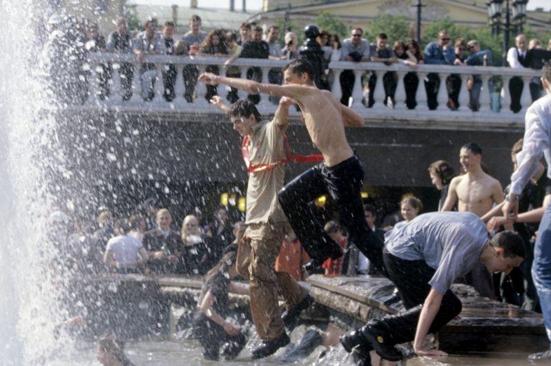 Молодежь купается в фонтане после школьного последнего звонка. 2000 год.