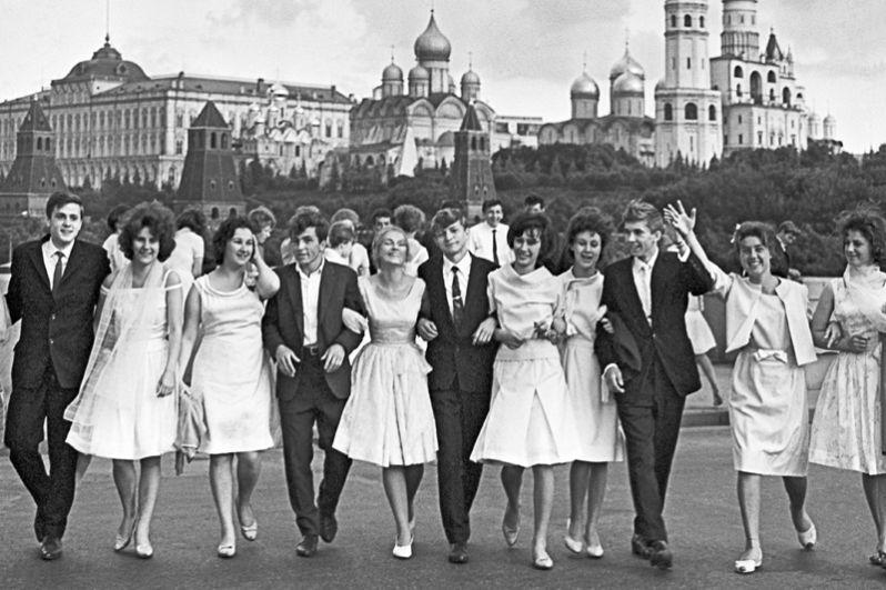 Выпускники московских школ гуляют на Красной площади после получения аттестата зрелости. 1964 год.