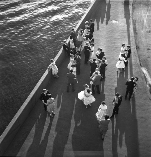 Выпускники танцуют на набережной. 1962 год.