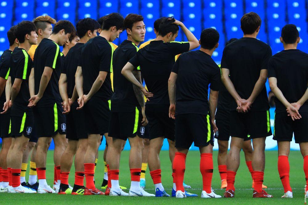«Воины Тэджу» получают установку от тренера.