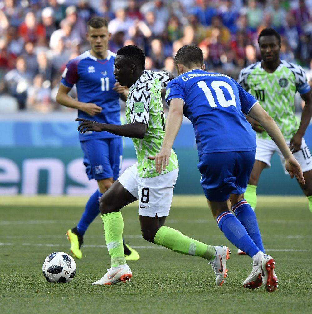 Первые минуты матча. Полузащитник сборной Нигерии Огенекаро Этебо с мячом.