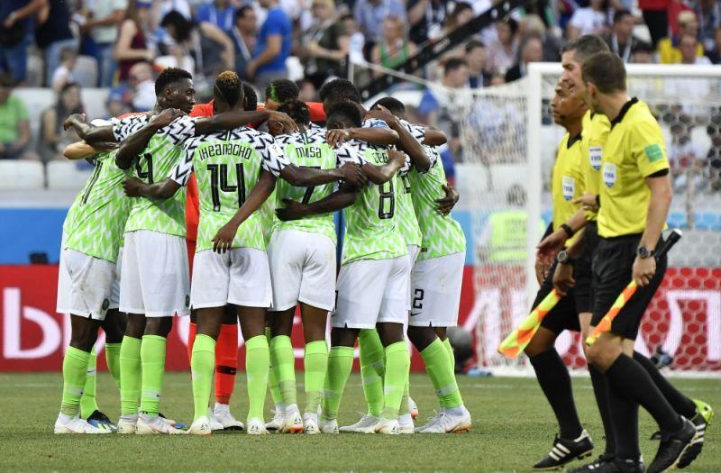 Нигерийцы обнимаются после первого забитого ими гола.