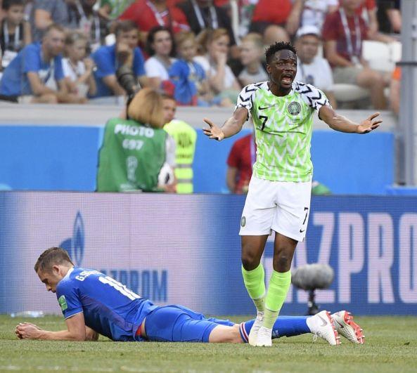 Рагнар Сигурдссон получил серьезное рассечение в то время, как его команде забивают гол. Ахмед Муса переживает за противника.