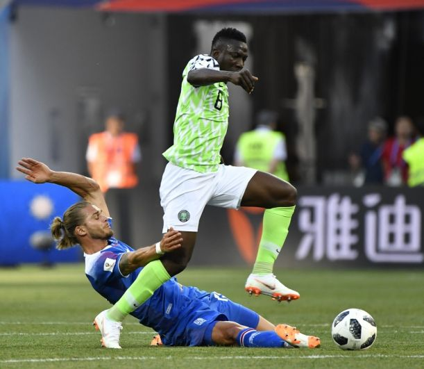 Нигериец Огенекаро Этебо снова уводит мяч у противника.