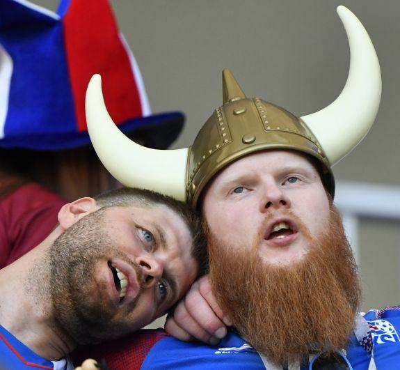 Исландские болельщики заскучали, наблюдая за осторожной игрой футболистов. В первом тайме ни одна из команд не смогла забить ни одного гола.