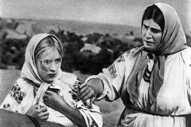 «Сказание о земле Сибирской» (1947) — певица Наташа Малинина.