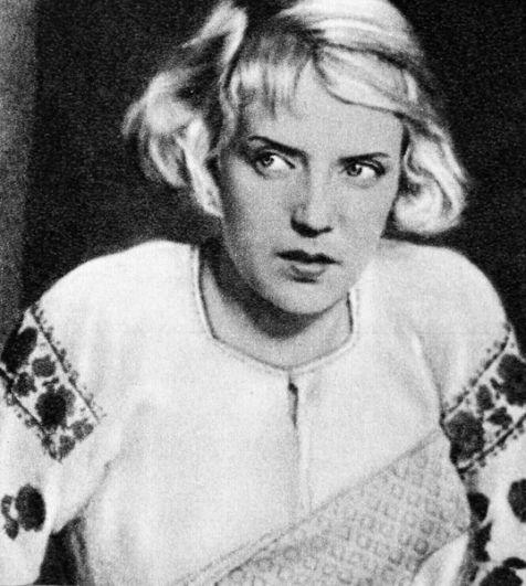 «Богатая невеста» (1937) — Маринка, внучка деда Наума.