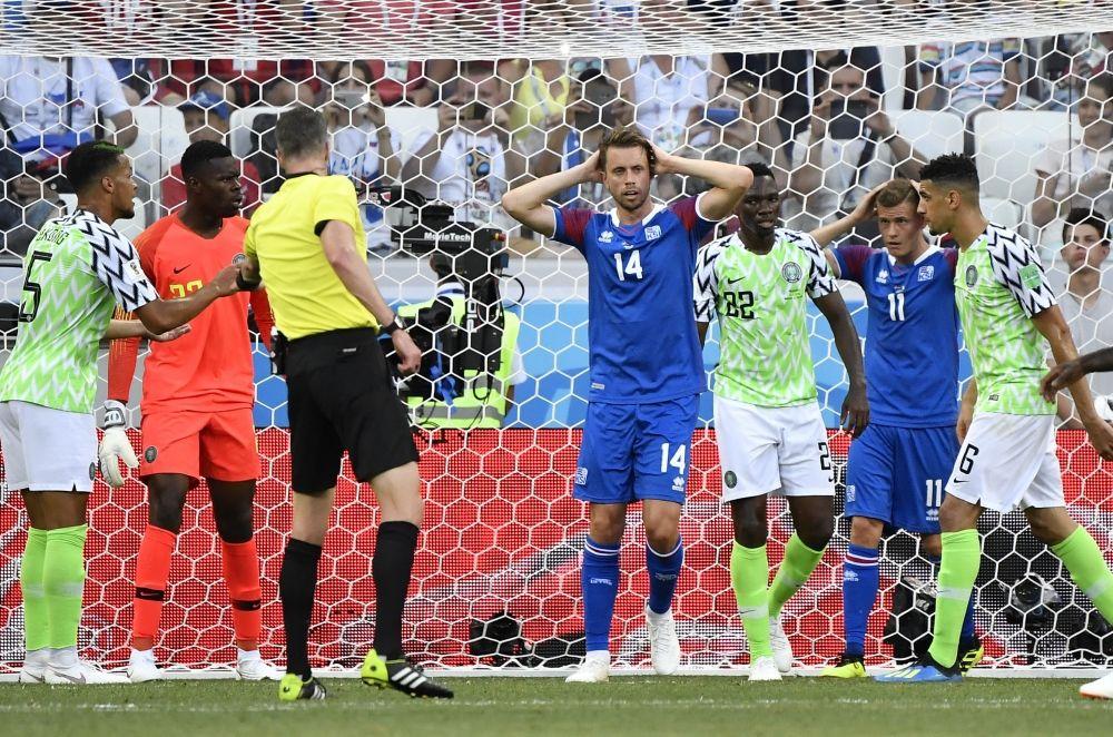 Исландцы пропустили мяч в свои ворота.