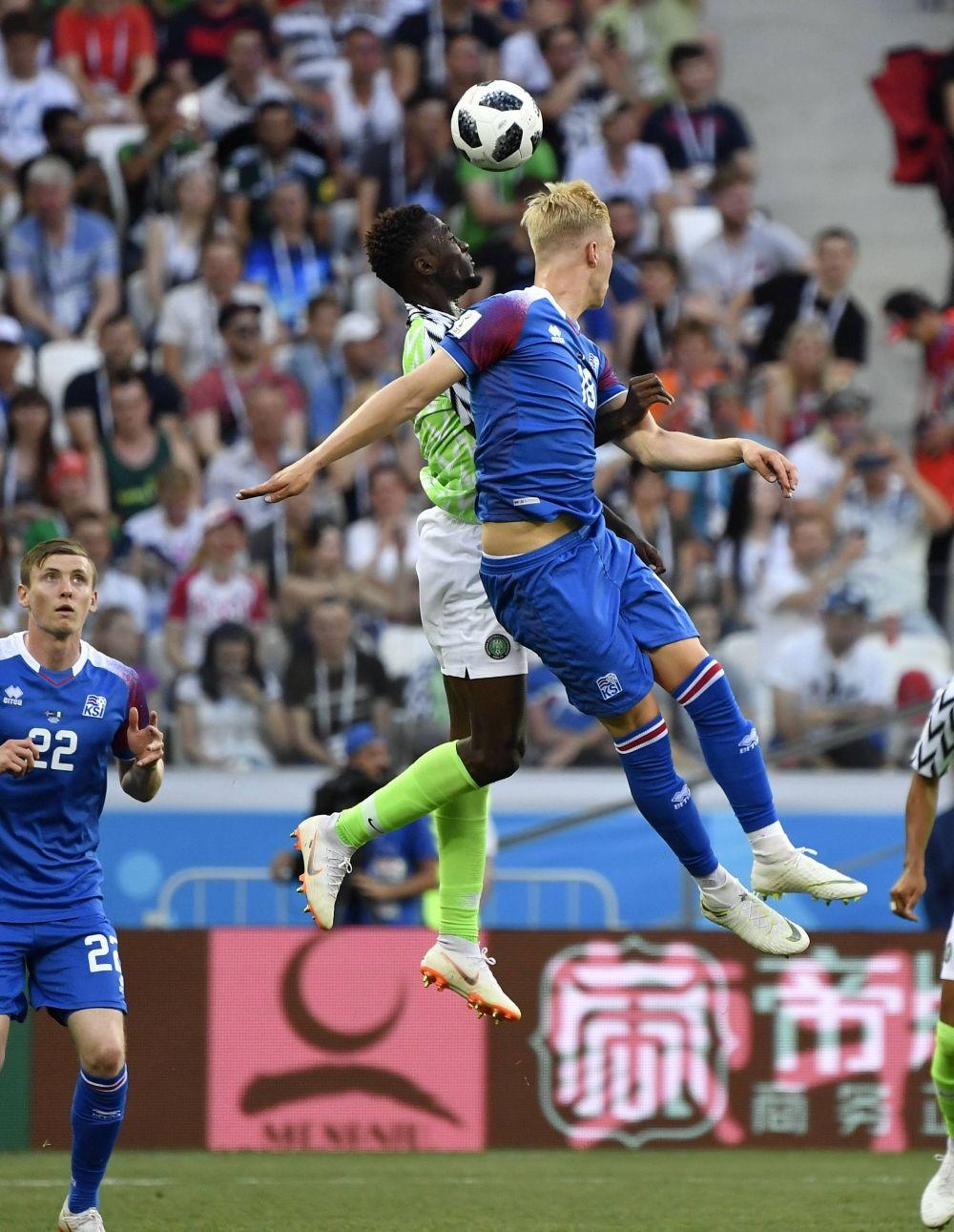 Игроки сборных Нигерии и Исландии то и дело боролись в воздухе.