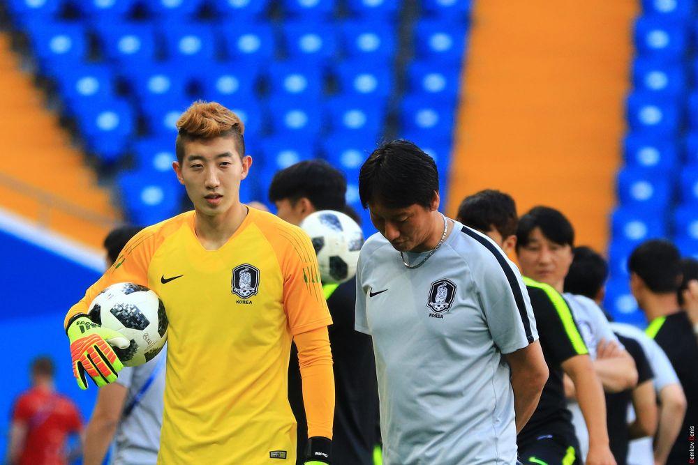 Вратарь Чо Хен У выводит команду на поле.