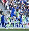 Защитник Кари Арнасон буквально взлетает, лишь бы не дать нигерийцам заполучить мяч.