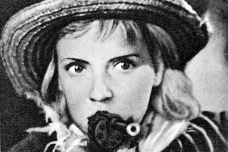 «Секретарь райкома» (1942) — связистка Наташа.