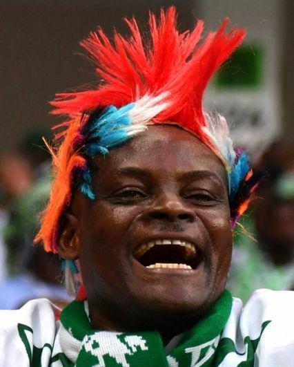 Радостный болельщик сборной Нигерии.