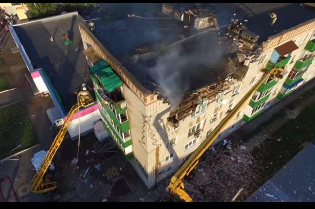 Конструкции дома обследуют, чтобы оценить масштаб разрушений.