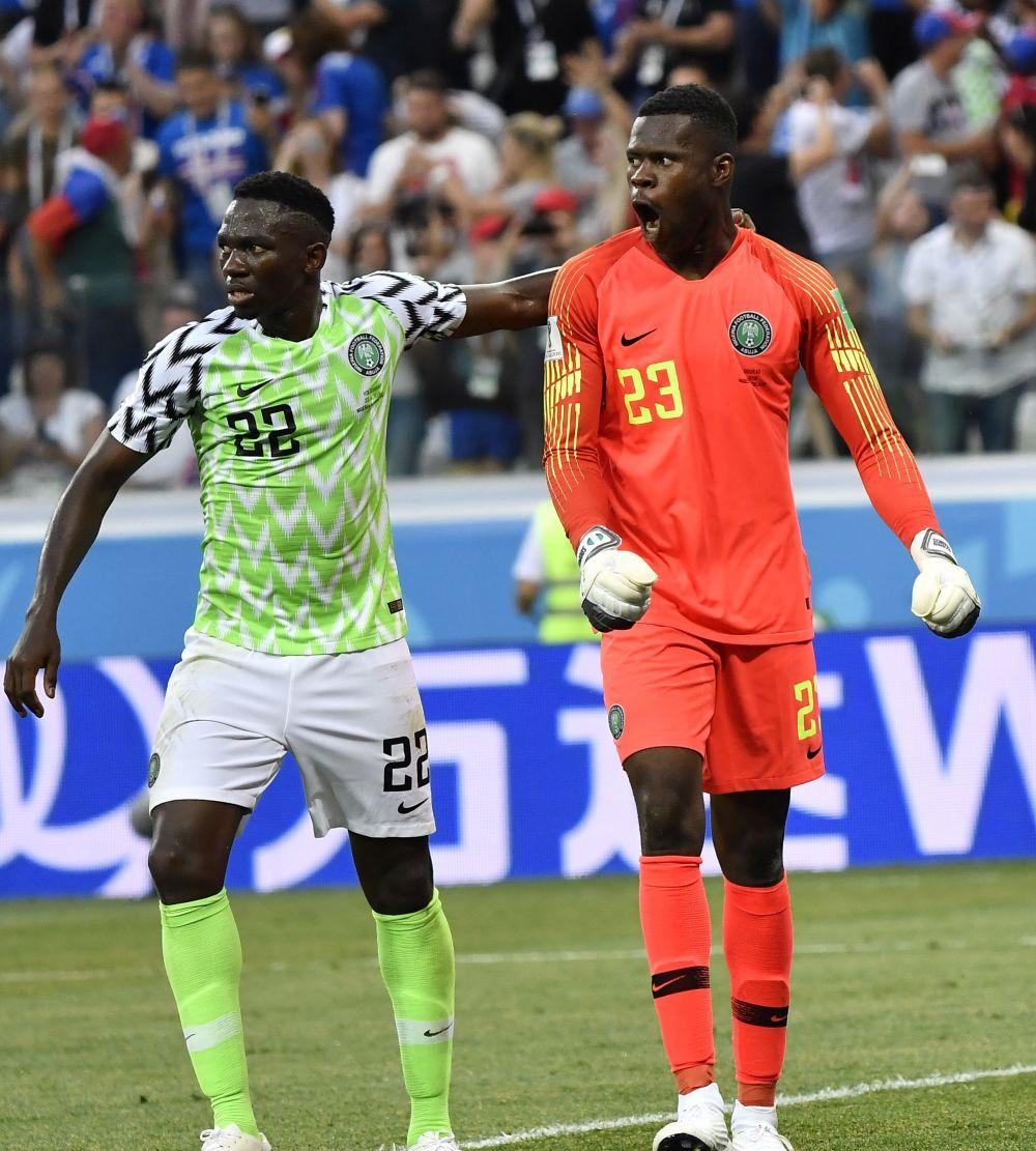 Реакция голкипера сборной Нигерии (справа) на не реализованный Сигурдссоном пенальти.