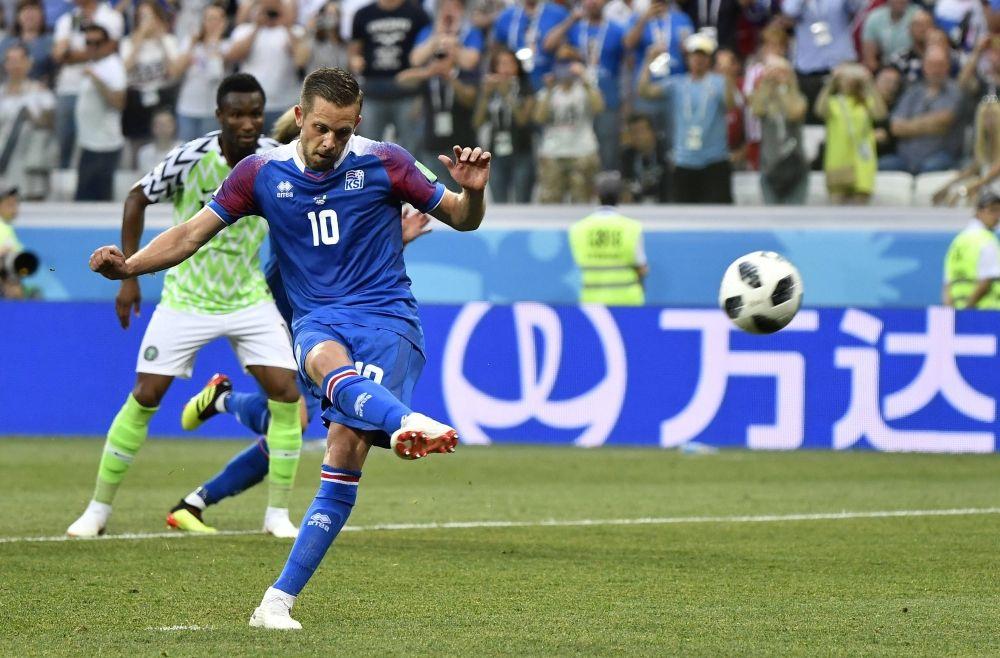 Исландец Гильфи Сигурдссон не смог забить пенальти на 83 минуте матча.