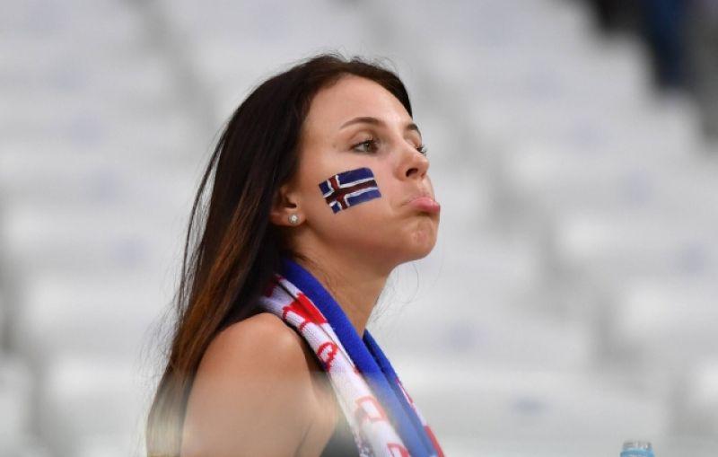 Расстроенная болельщица Исландии.