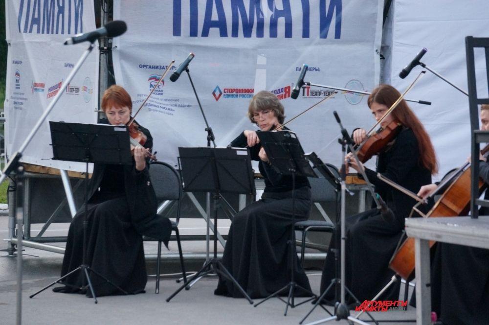 Музыканты исполнили трогательные композиции.