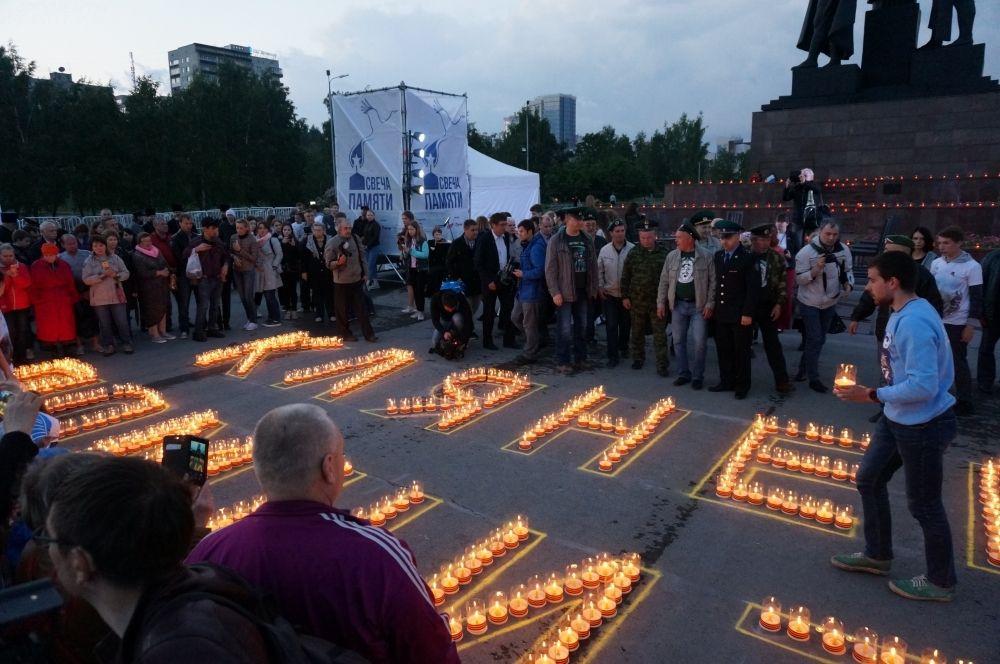 Сотни свечей зажглись на площади.