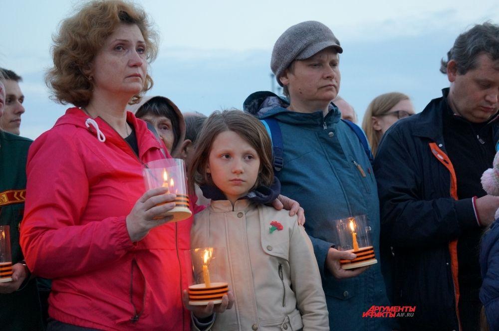 Люди начали зажигать свечи.
