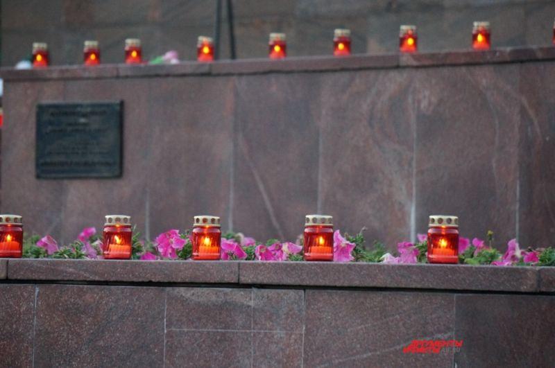 Свечи на ступенях монумент Героям фронта и тыла.
