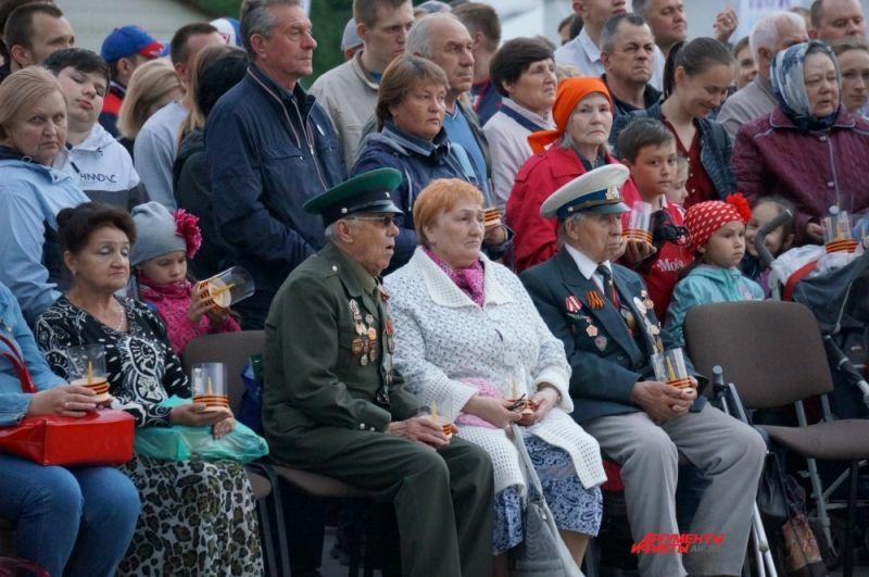 Более 800 пермяков собрались на акции. Среди них - ветераны войны.