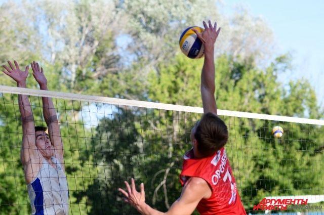 В Оренбурге проходит турнир по пляжному волейболу.