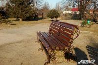 Извращенец подсел к ребёнку в парке на скамейке.