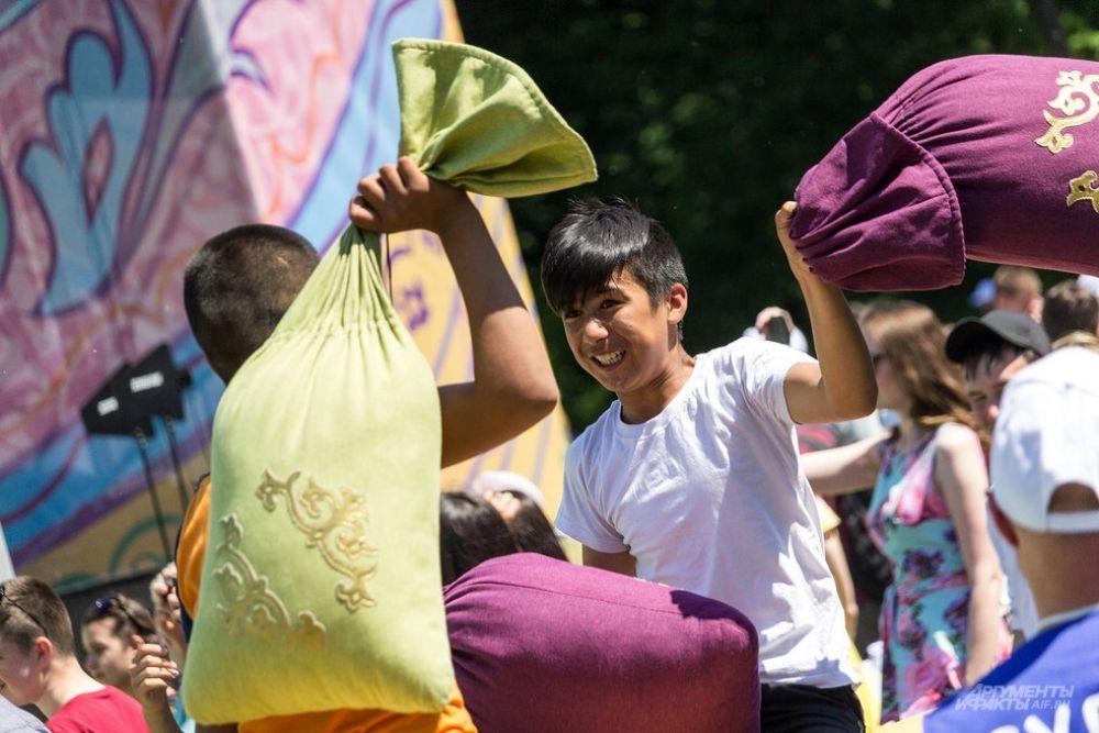 На Сабантуе прошли традиционные игры: бой мешками, перетягивание каната, бег в мешках и пр.