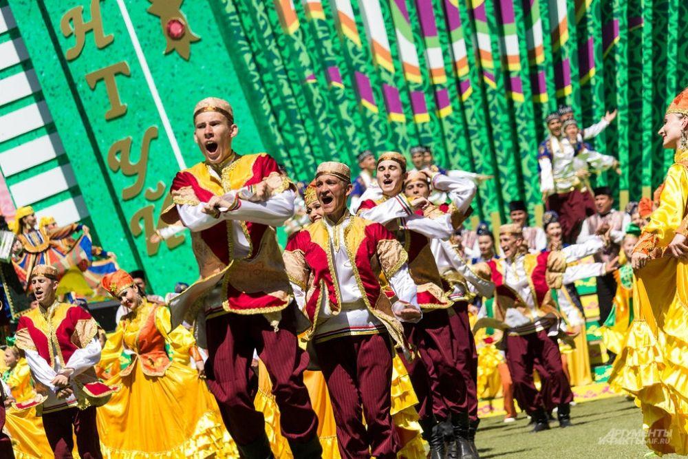 На майдане Сабантуя выступили творческие коллективы Казани.