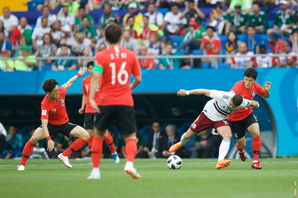 Борьба за мяч в центре поля, Эрнандес с мячом.