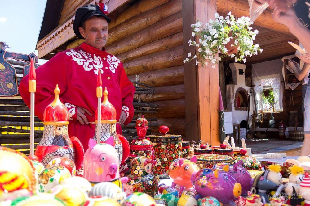 На всех площадках празднования Сабантуя развернулась ярмарка, где продавали посуду, обувь, одежду, сладости и украшения.