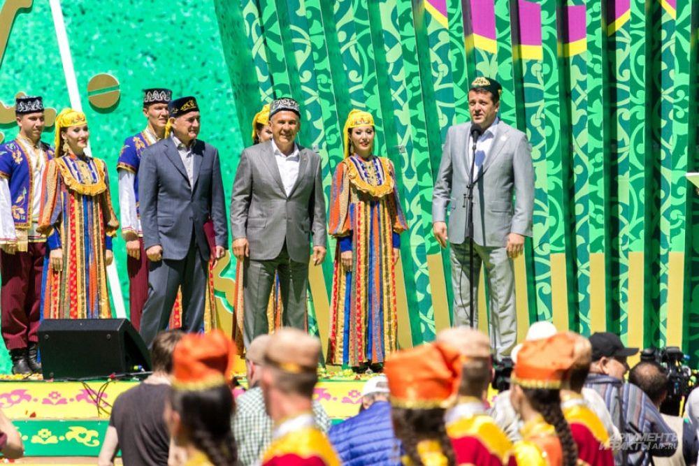 После этого на сцене всех гостей праздника с Сабантуем поздравили президент РТ Рустам Минниханов и мэр Казани Ильсур Метшин.