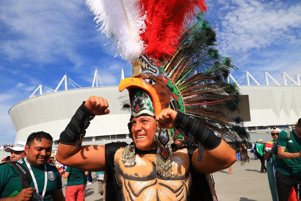 Мексиканский фанат в костюме индейца.