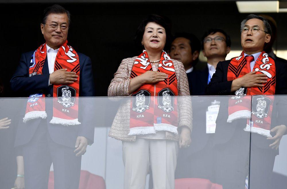 Важный гость матча - президент Южной Кореи Мун Чжэ Ин (слева).