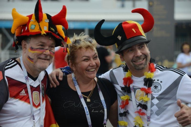 С фанатами сборной Германии много желающих сфотографироваться.