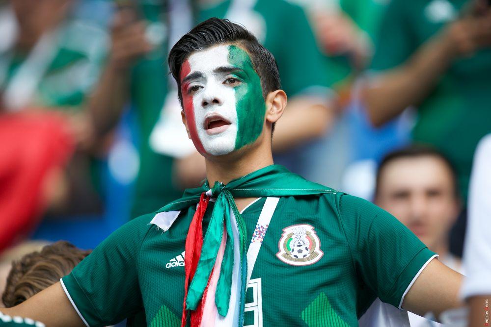 Турист из Мексики поддерживает свою сборную.