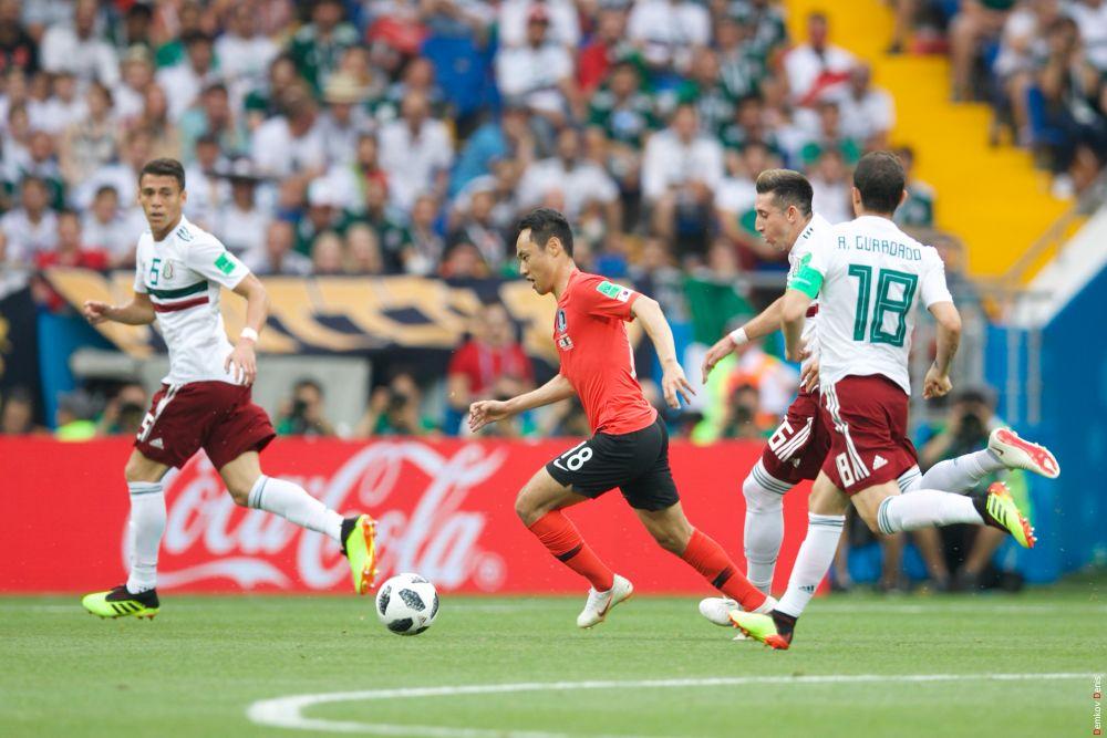 Полузащитник Южной Кореи Мун Сон Мин с мячом.