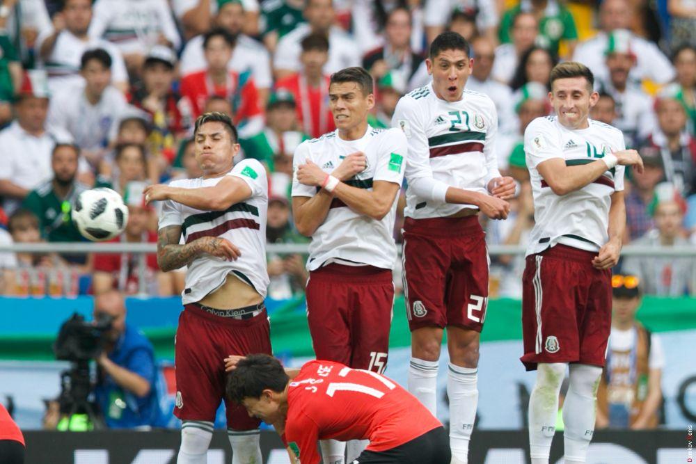 «Стенка» мексиканских футболистов.