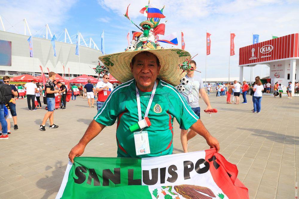 Мексиканский болельщик с флагом штата Сан-Луис-Потоси.