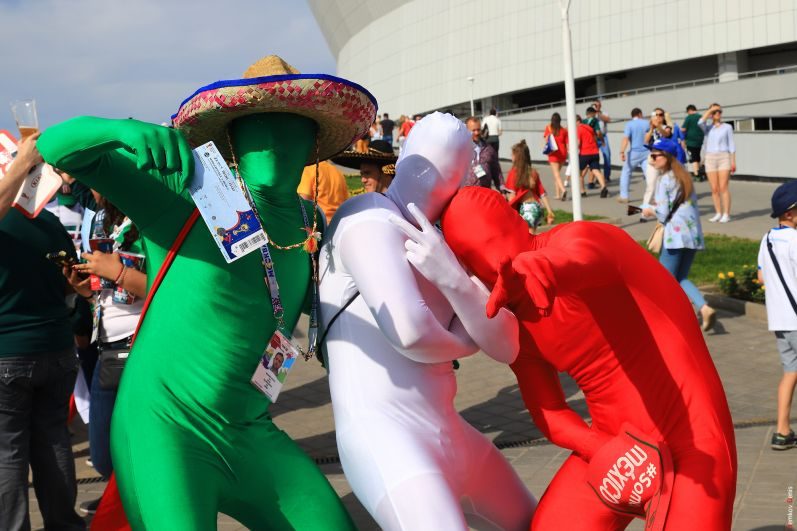 Болельщики сборной Мексики в необычных костюмах, символизирующих цвета национального флага.