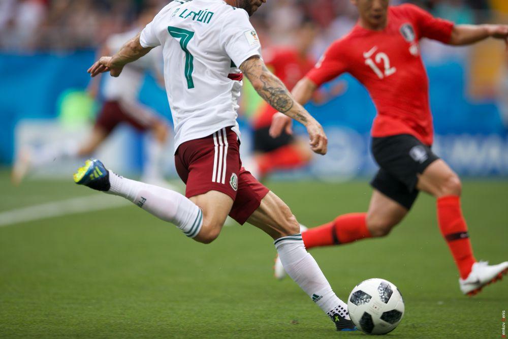 Защитник Мин Ву Ким и получзащитник Мигель Лайюн в борьбе за мяч.